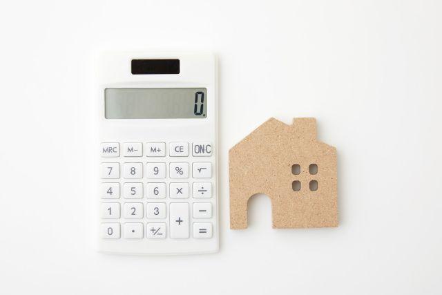 電卓と家の置物